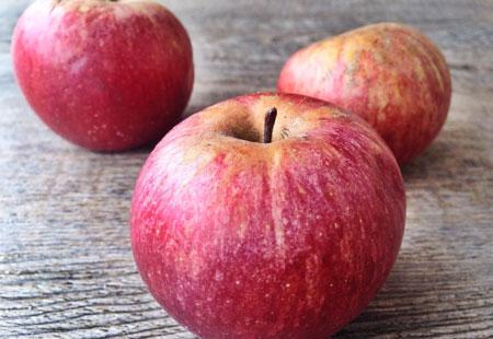Prodotti regionali a Eden della Frutta come la Mela Annurca originaria della Campania